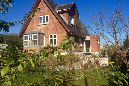 Centrally located villa. Garden & views of Aarhus - Aarhus