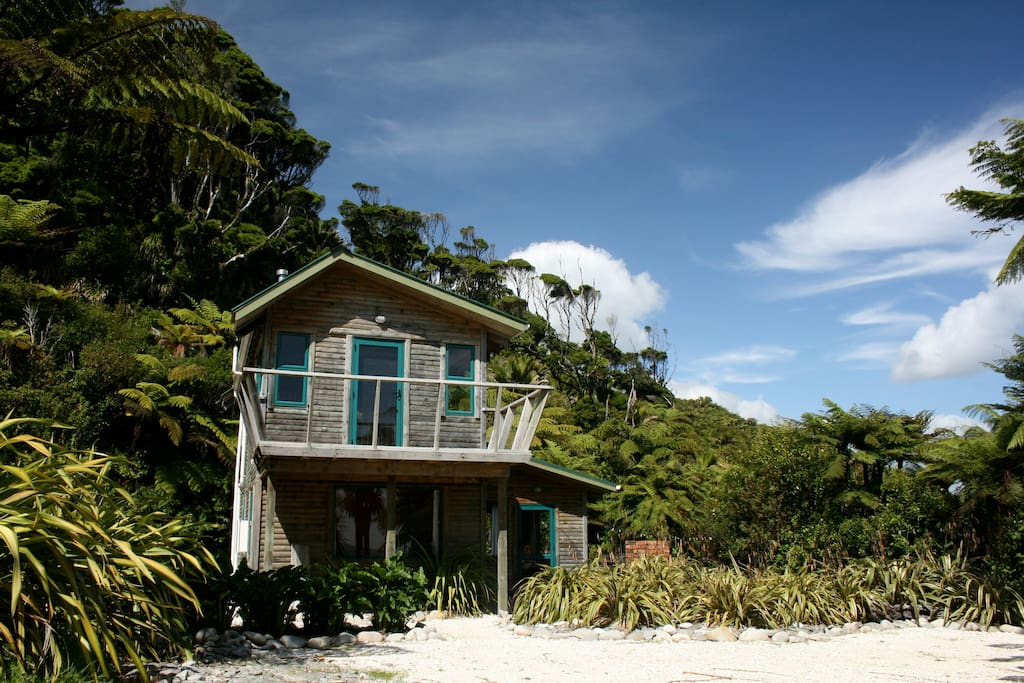 View of Cabbage Tree Cottage from the driveway