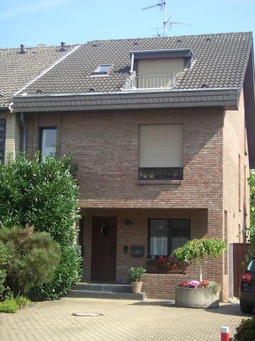 Charmantes Maisonette Appartement in Rhein Nähe