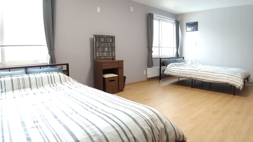 Spacious Modern Comfy Home / 7min drive to Airport