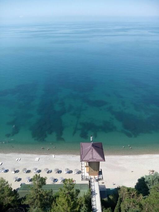 Пляж лагеря. Вид с 14 этажа панионата им. Лакоба