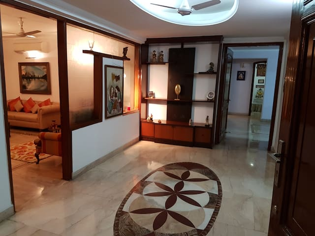 Spacious Room at Luxury Apartment behind Ambi Mall - Gurgaon - Apartment
