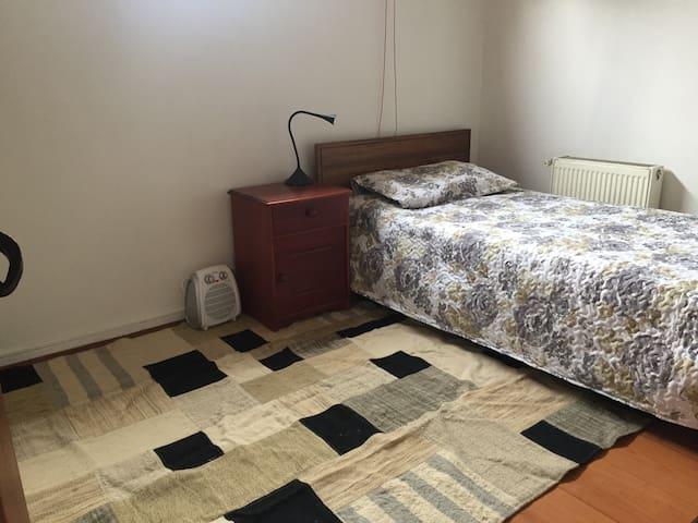 Pieza en segundo piso individual con baño privado
