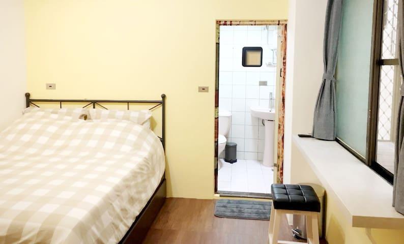 定期更換寢具用品,增添生活感,房間採光明亮通風的空間,有獨立的衛浴
