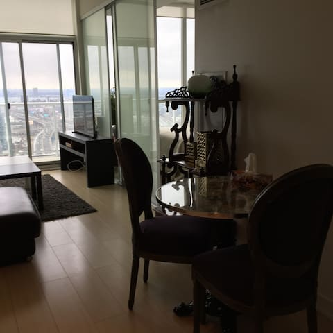 Chic condo- near Rogers center- FREE PARKING