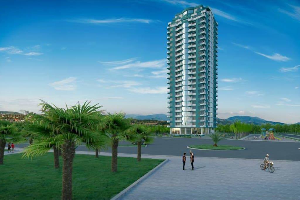 Это дом, где расположена наша квартира. Дом расположен в 30 метрах от черного моря