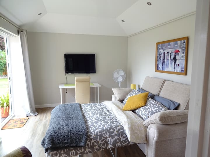 Clean & modern guest suite in charming Hollywood