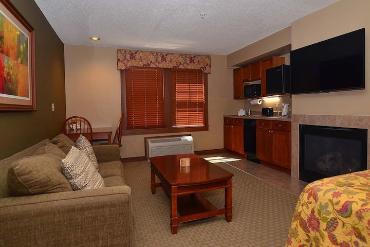 A122- Luxury studio suite w/ standard view, sleeps four, free WiFi!