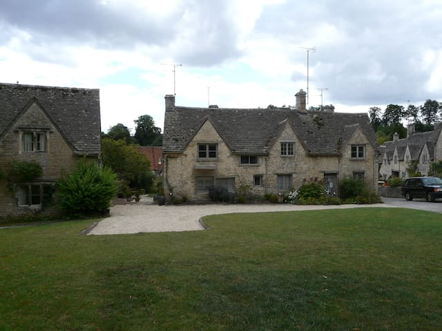 Listed stone cottages - Bibury - Rumah