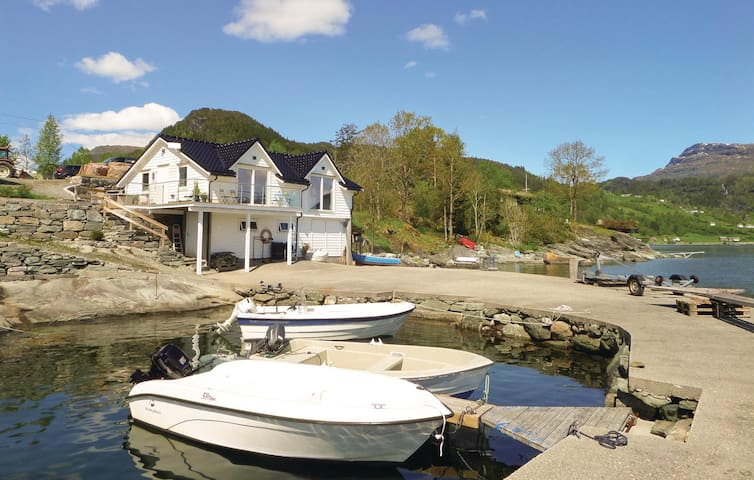 Holiday cottage with 2 bedrooms on 75 m² in Strandebarm