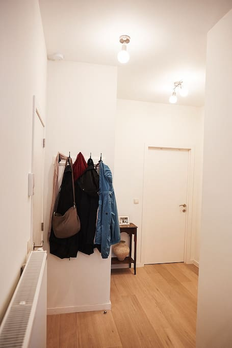 Hall d'entrée vers les deux chambres, la salle de bain, la buanderie et la remise