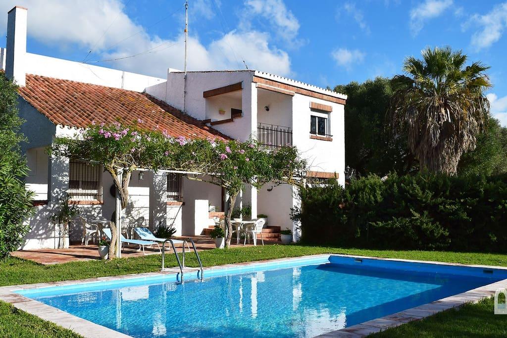 Amplio chalet con piscina privada en zahora para 8 casas for Chalets con piscina privada para vacaciones