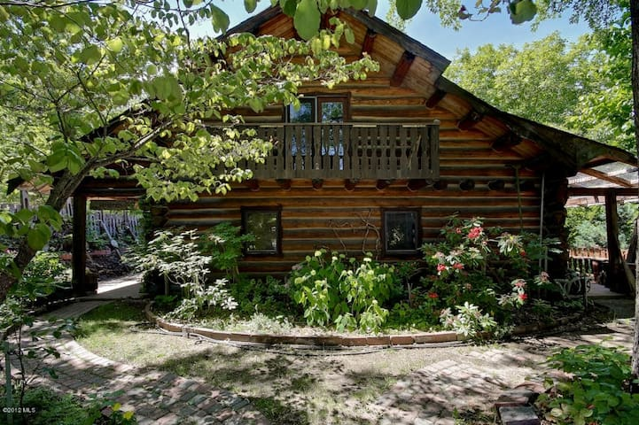 Log home, walk to town! - Sleeps 8-10 - Hot Tub - Leavenworth - House