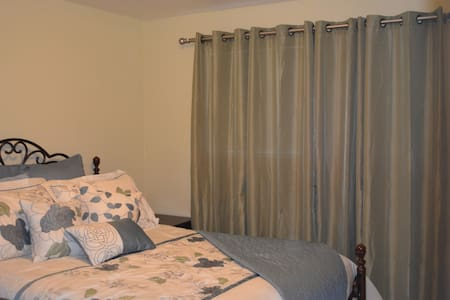 Queen room shared bath - Hillsboro