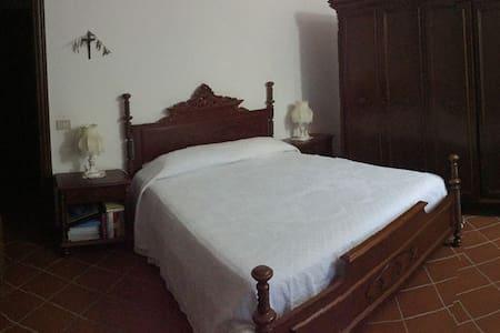 Camera matrimoniale d altri tempi in villa - Gazzelli - Vila