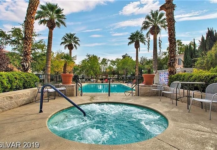 WHOLE APT/Condo, Private/ ENT, Great Area, POOL/HT