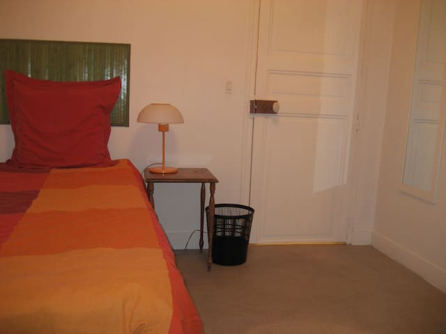 Room with 1 single bed. / Chambre avec 1 lit simple.