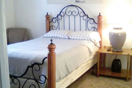 Private Room in Large Home Central to San Diego! - San Diego - Bed & Breakfast