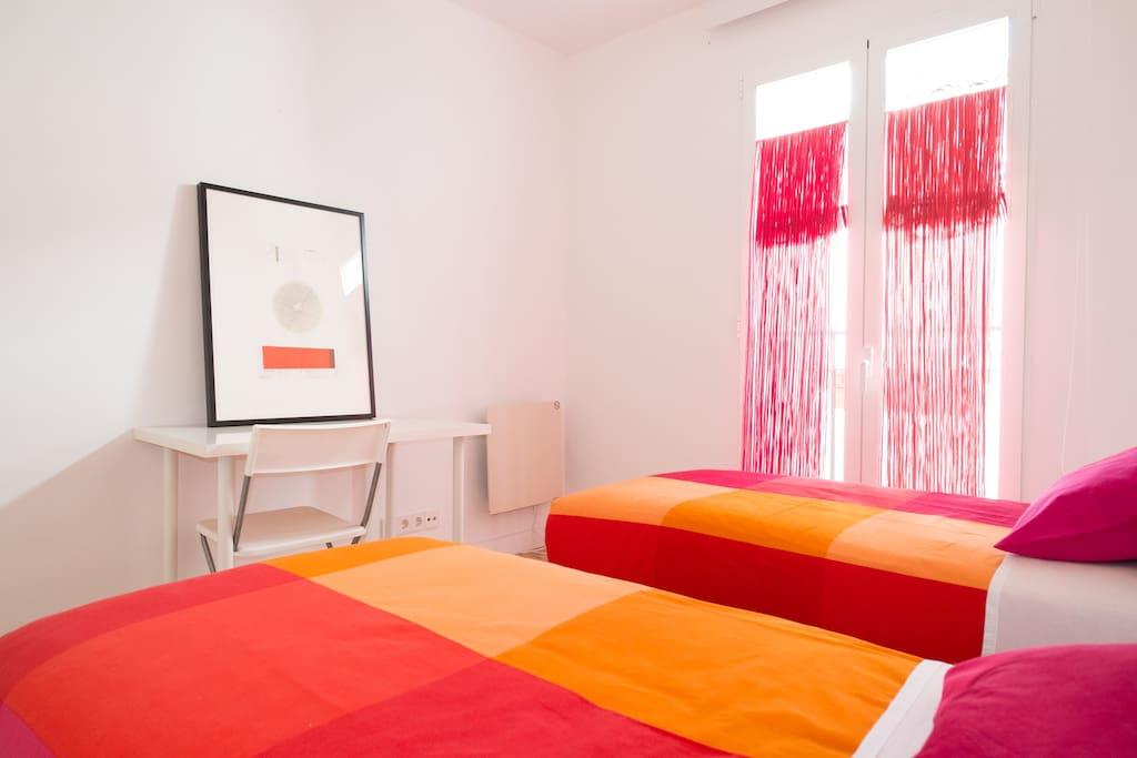 Luminoso, ventilado y moderno dormitorio.