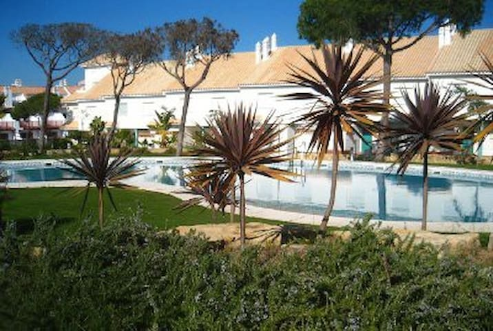 3-bed house, sleeps 8, 500m to beach. Pool. A/C.
