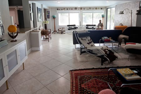 '57 MIDCENTURY OASIS ~ POOL ~ CENTRAL LOCATION - Huis