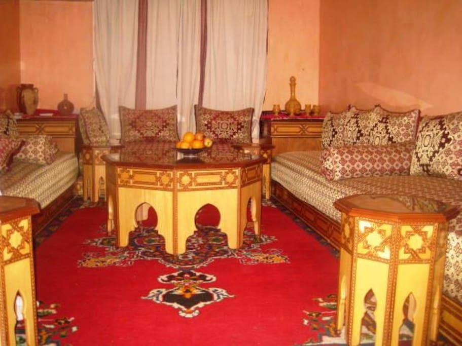 Salon pouvant servir de couchette : les couvertures et les draps sont fournies