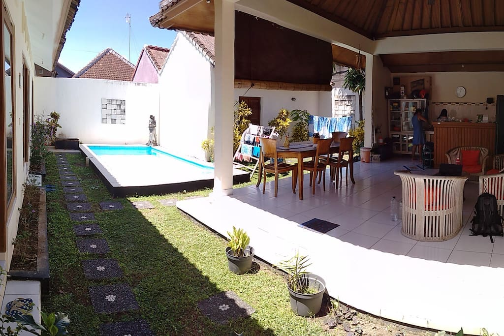 The garden with spacious open livingroom, kitchen and swimming pool. The three bedrooms are aligned next to each other.