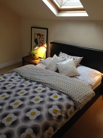 Cosy private attic room & ensuite - Sheffield