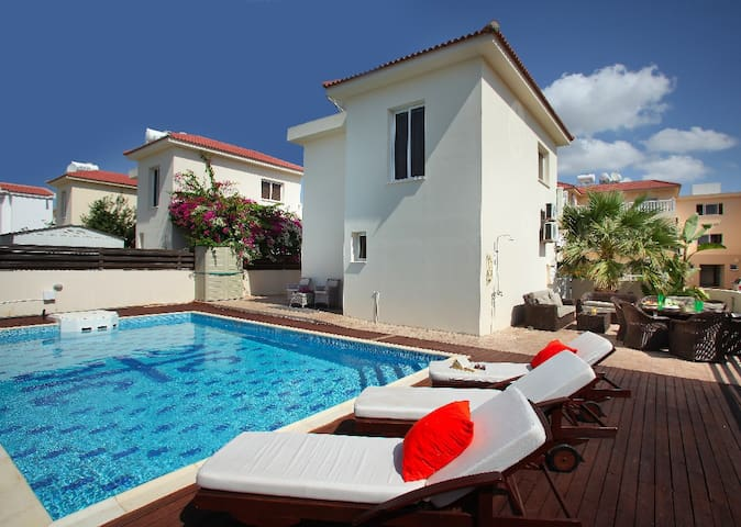 Loreana, Walking Distance to  Beach - Ayia Napa