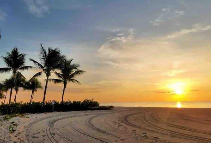Ocean front  Miami Beach Club.  Free parking/wifi