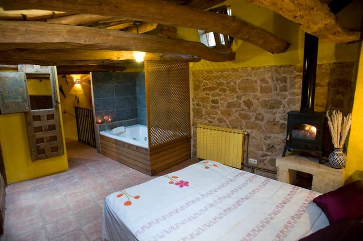 Romantic cottage with jacuzzi - Monasterio - House