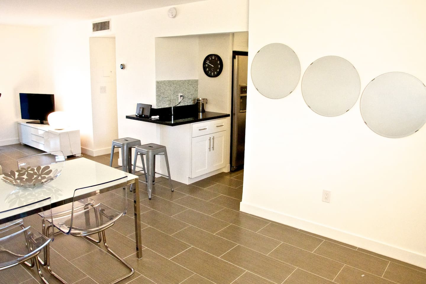 Center of the apartment. Bar and entrance to the kitchen in the middle and slightly on the left the hallway to bed and bath rooms.