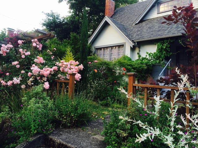 Craftsman house with garden 4 blocks from campus