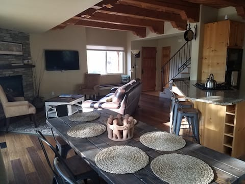 Open concept with Santa Fe charm and amazing views!