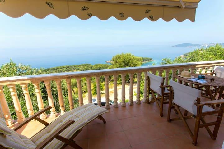Villa mit  traumhaften Panoramablick auf das Ionis