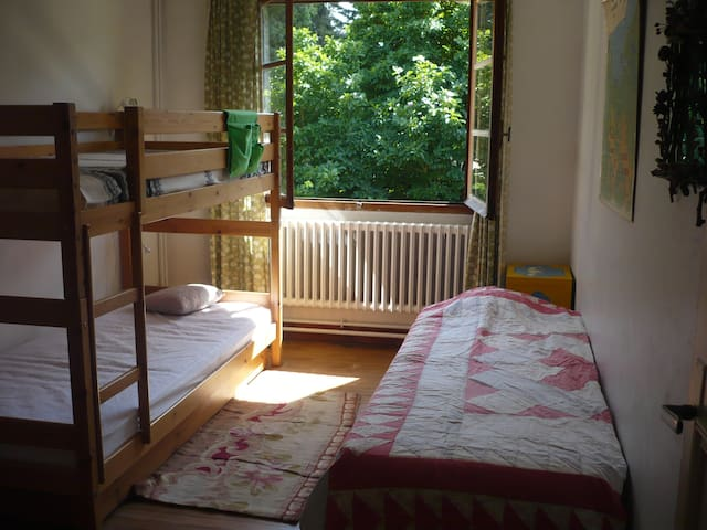 la chambre d'enfants, donnant sur le jardin, avec un lit superposé et un lit simple, très claire et agréable!