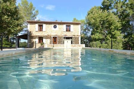 Maison en pierre dans hameau - Cruviers-Lascours