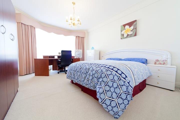 Templemore Gardens_Queen Bedroom