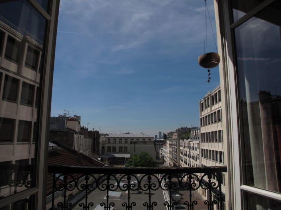 Belle vue sur les toits de Paris. Beaucoup de lumiere