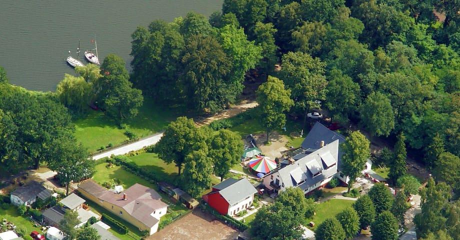 so sieht man unser Haus vom Helikopter aus...Das bunte Zirkuszelt kann auch gebucht werden...