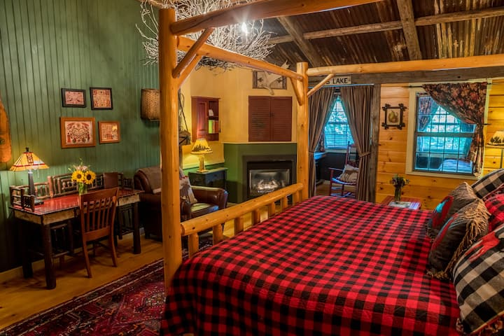 Lodge Signature Suite at The Common Man Inn & Spa