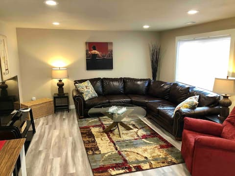 Cozy King Bed, central Tri-Cities location!