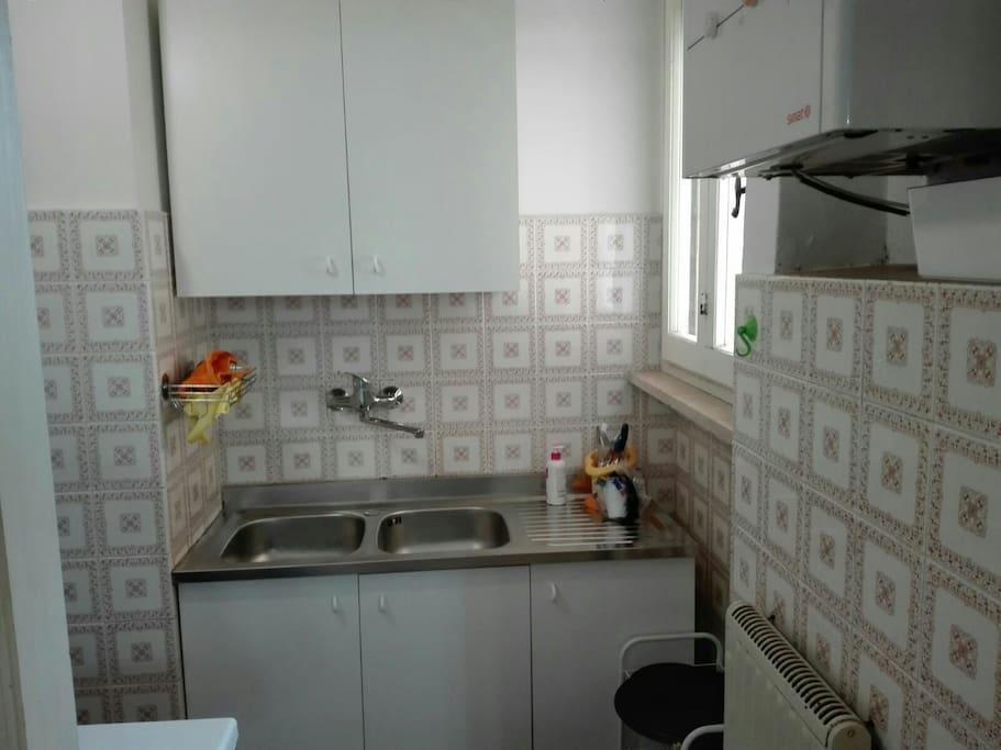 cucina con finestra e caldaia
