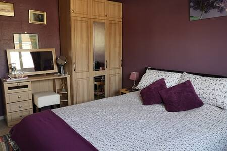 Homely room. Crawley nr Gatwick. Good bus links.