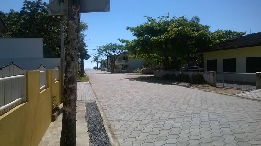 vista da rua ao fundo a praia de ubatuba