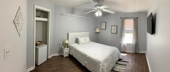 Gray Sunset Room - Free Parking - Dogs welcomed!