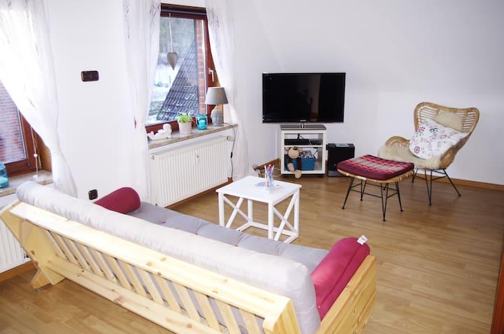 Der rechte Teil des Wohnzimmers lädt zum couchen ein. Ein Fernseher und eine kleine Musikanlage fehlen natürlich auch nicht.