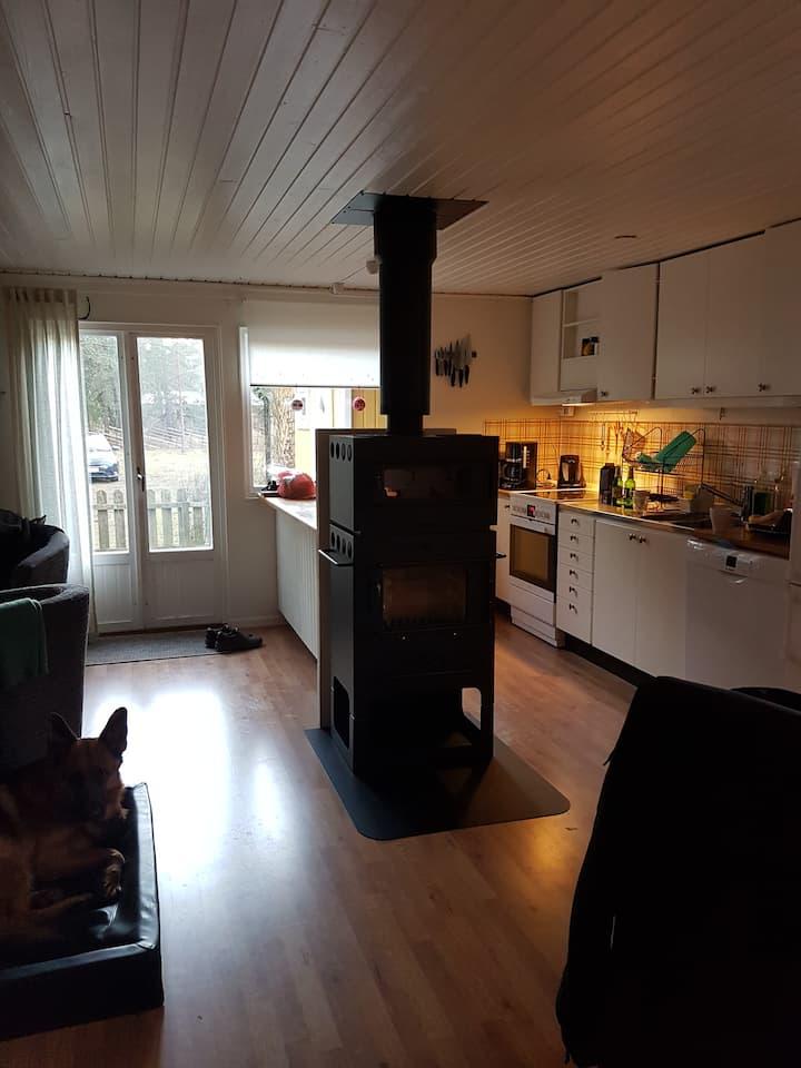Havsnära stuga på egen tomt i fina Kvarnåkershamn.