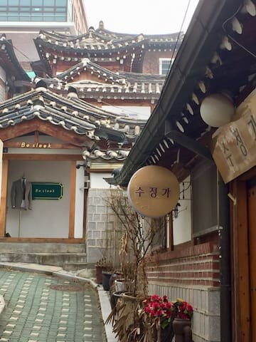 There are many beautiful hanok houses in my house alley.