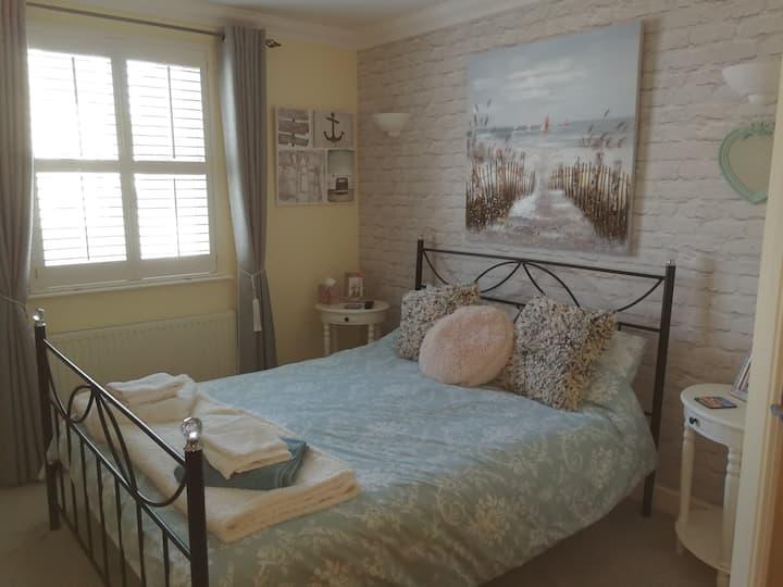 King size bed and en suite shower